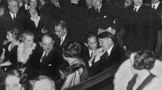Magda Goebbels en compagnie de son mari et de Adolf Hitler