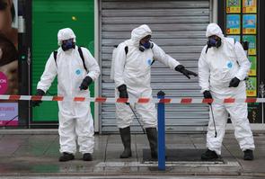 Des employés municipaux de Nice désinfectent les rues