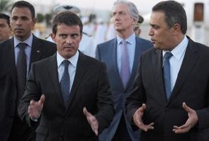 Le Premier ministre Manuel Valls accueilli par son homologue tunisien Mehdi Jomaa à son arrivée le 7 septembre 2014 à l'aéroport de Tunis