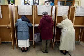 Une bonne soeur et deux vieilles dames se préparent à voter, à Dublin le 23 mai 2014