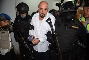 Serge Atlaoui lors de son arrestation en Indonésie en 2005, encadré par des policiers
