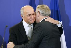 Le désormais ex-ministre des Affaires étrangères, Laurent Fabius (à gauche), félicitant son successeur, Jean-marc Ayrault, à Paris, le 12 février 2016