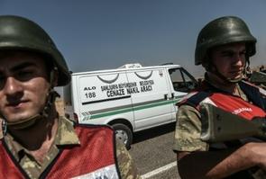 Le convoi transportant le cercueil du petit Aylan Kurdi, passe le 4 septembre 2015 à Sanliurfa à la frontière avec la Syrie, en route pour Kobané