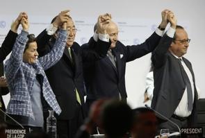 Christina Figueres (g), Ban Ki Moon, Laurent Fabius et François Hollande (d) à l'annonce de l'adoption de l'accord sur le climat au Bourget, le 12 décembre 2015