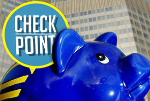 Loge du Check Point d'Europe Hebdo sur un cochon tire-lire