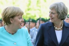 La chancelière allemande Angela Merkel (g) et la Première ministre britannique Theresa May lors d'une rencontre à Berlin, le 20 juillet 2016