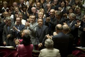 Les sénateurs applaudissent le nouveau président du Sénat Jean-Pierre Bel, le 1er octobre 2011