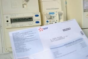Une facture EDF devant un compteur le 31 juillet 2013 à Godewaersvelde