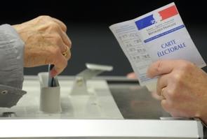 Un électeur dépose son bulletin dans l'urne lors des régionales le 6 novembre 2015 à Quintin