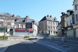 Les rues désertes de Brionne (Eure) en période de confinement