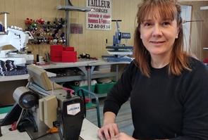 Liliana Gusatovic fabrique des masques dans son atelier de Brionne (Eure)