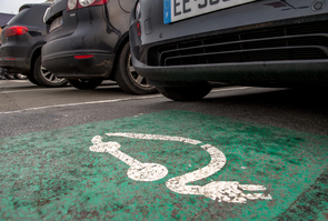 Une place de stationnement pour véhicule électrique